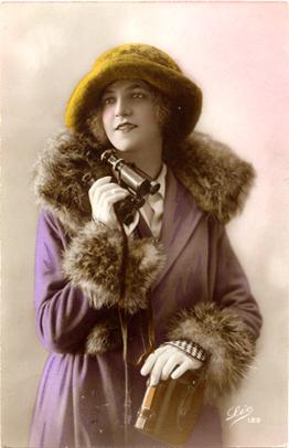 Fotograf�a coloreada de una mujer del siglo XIX con unos prism�ticos en la mano