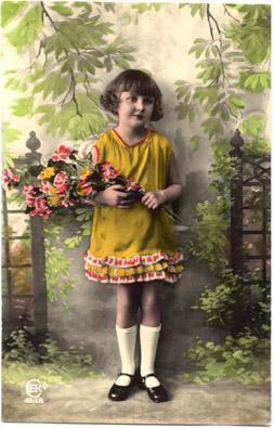 Fotograf�a coloreada de una ni�a con un ramo de flores