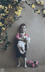 Fotograf�a coloreada de un ni�o sujetando a su perro